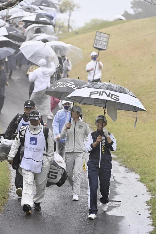 12番、傘をさしてセカンド地点へ向かう渋野日向子(撮影・上田博志)