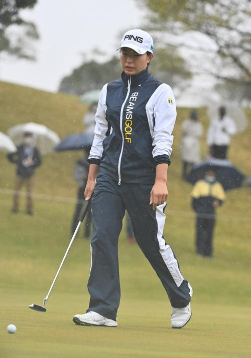 17番、パーパットを外し悔しそうな表情を見せる渋野日向子(撮影・上田博志)