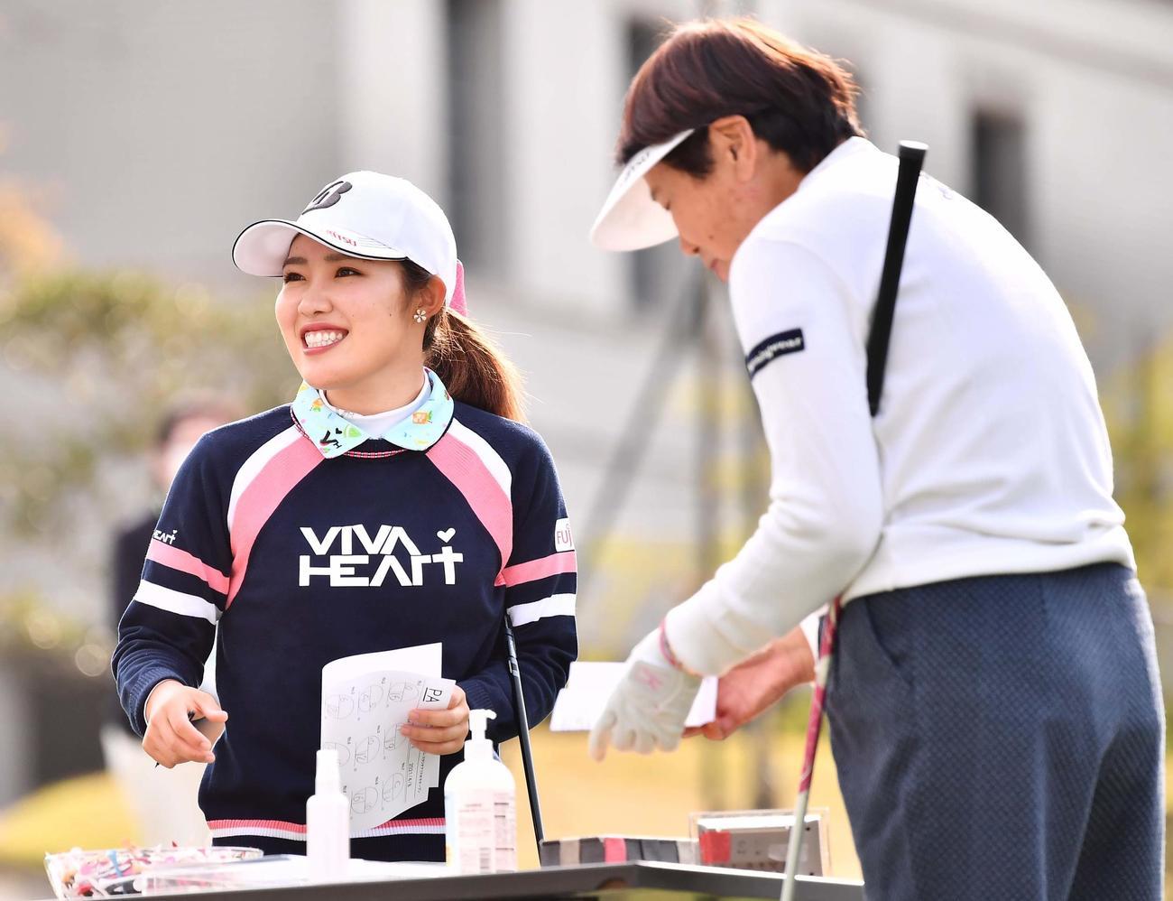 プロアマ戦を笑顔でラウンドする古江彩佳(左)とLPGA樋口久子顧問(撮影・上田博志)