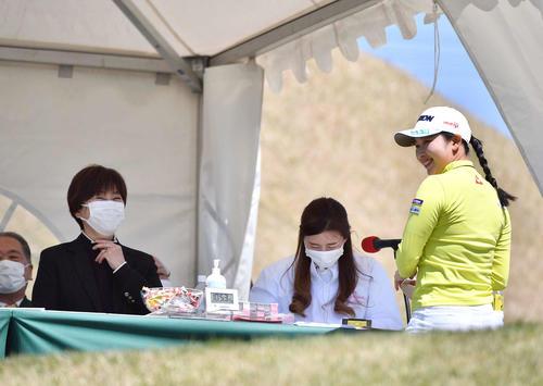 1番、LPGA小林浩美会長(左)と談笑する小祝(撮影・上田博志)