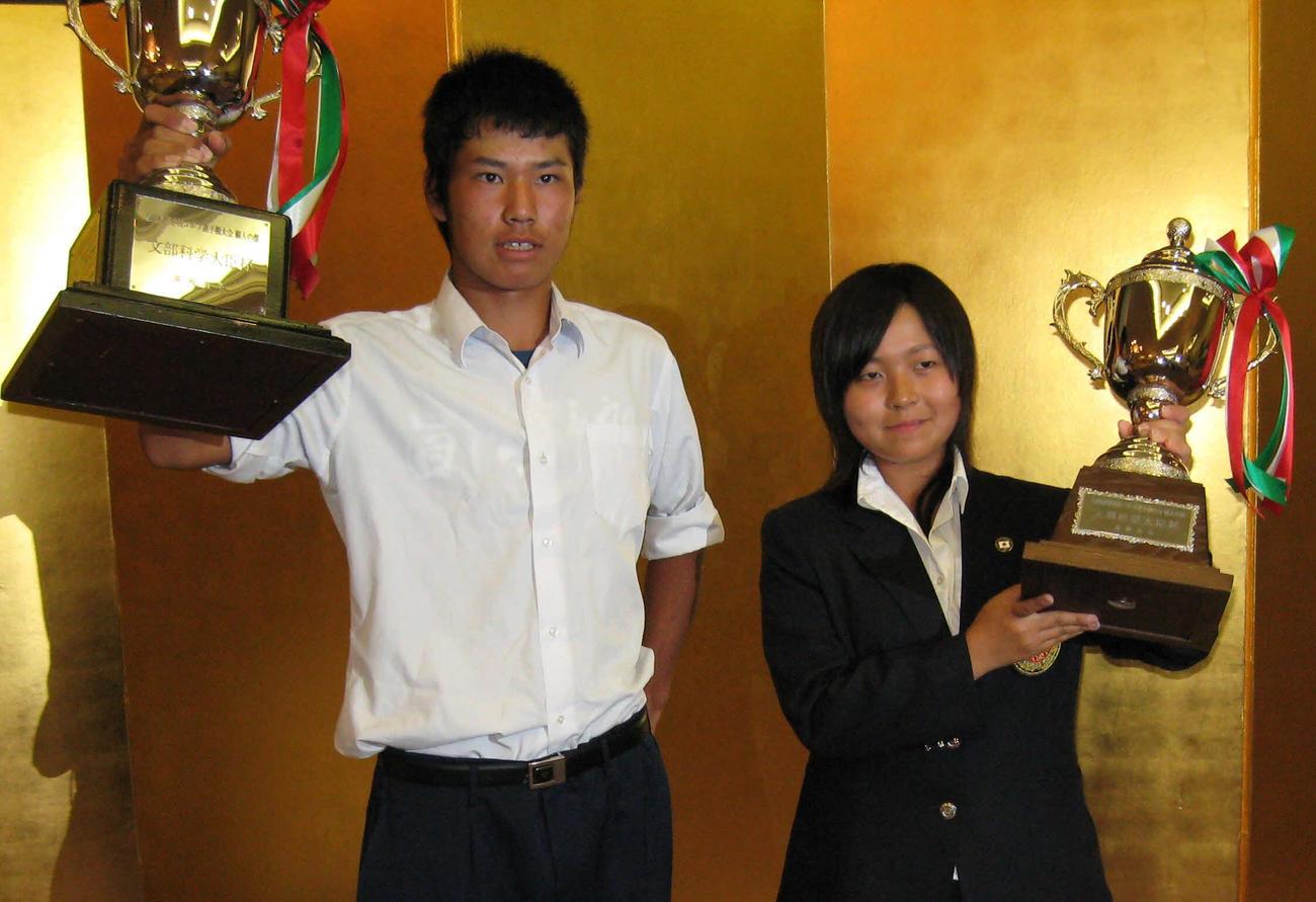 全国高校ゴルフ選手権個人最終日 男子個人の部を制した松山英樹と女子を制した青木瀬令奈は優勝杯を掲げ、笑顔を見せる 2008/08/09