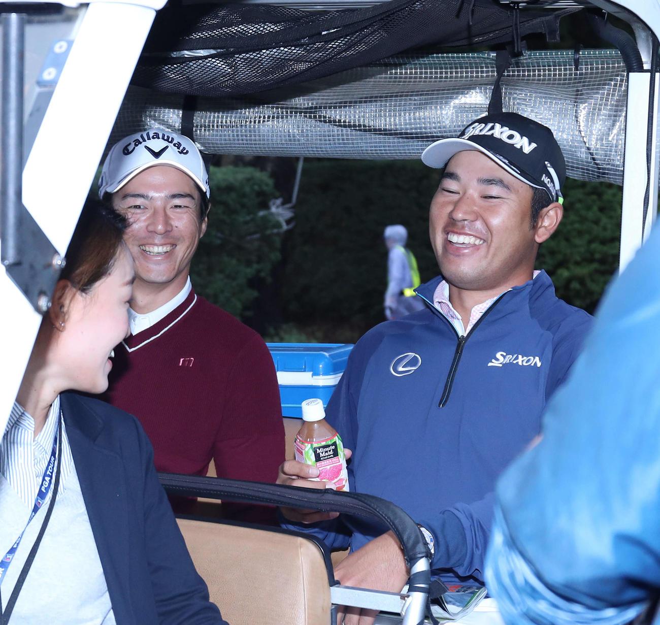 2019年のZOZOチャンピオンシップ練習日 クラブカーに一緒に乗り引き揚げる石川(左)と松山(2019年10月22日撮影)