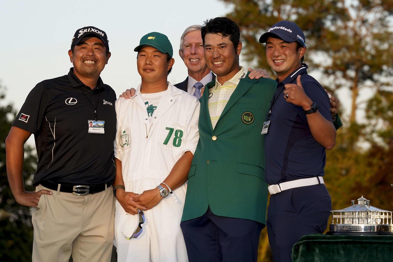 米ゴルフのマスターズ・トーナメントで、日本男子初のメジャー制覇を果たし、記念撮影する松山(右から2人目)と「チーム松山」のメンバー(AP)