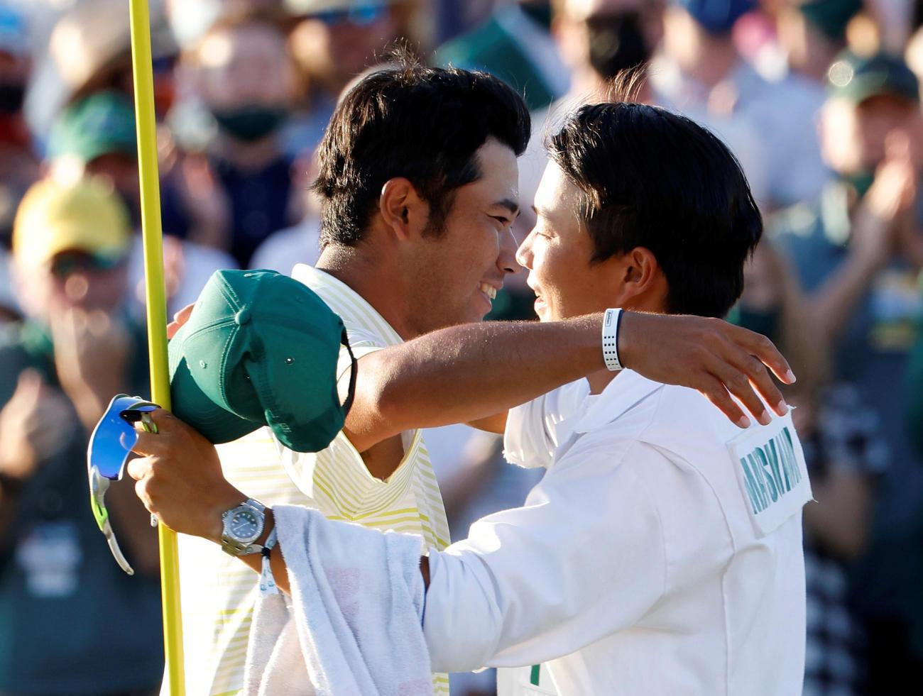 優勝した松山英樹(左)は早藤将太キャディーを抱きしめる(ロイター)