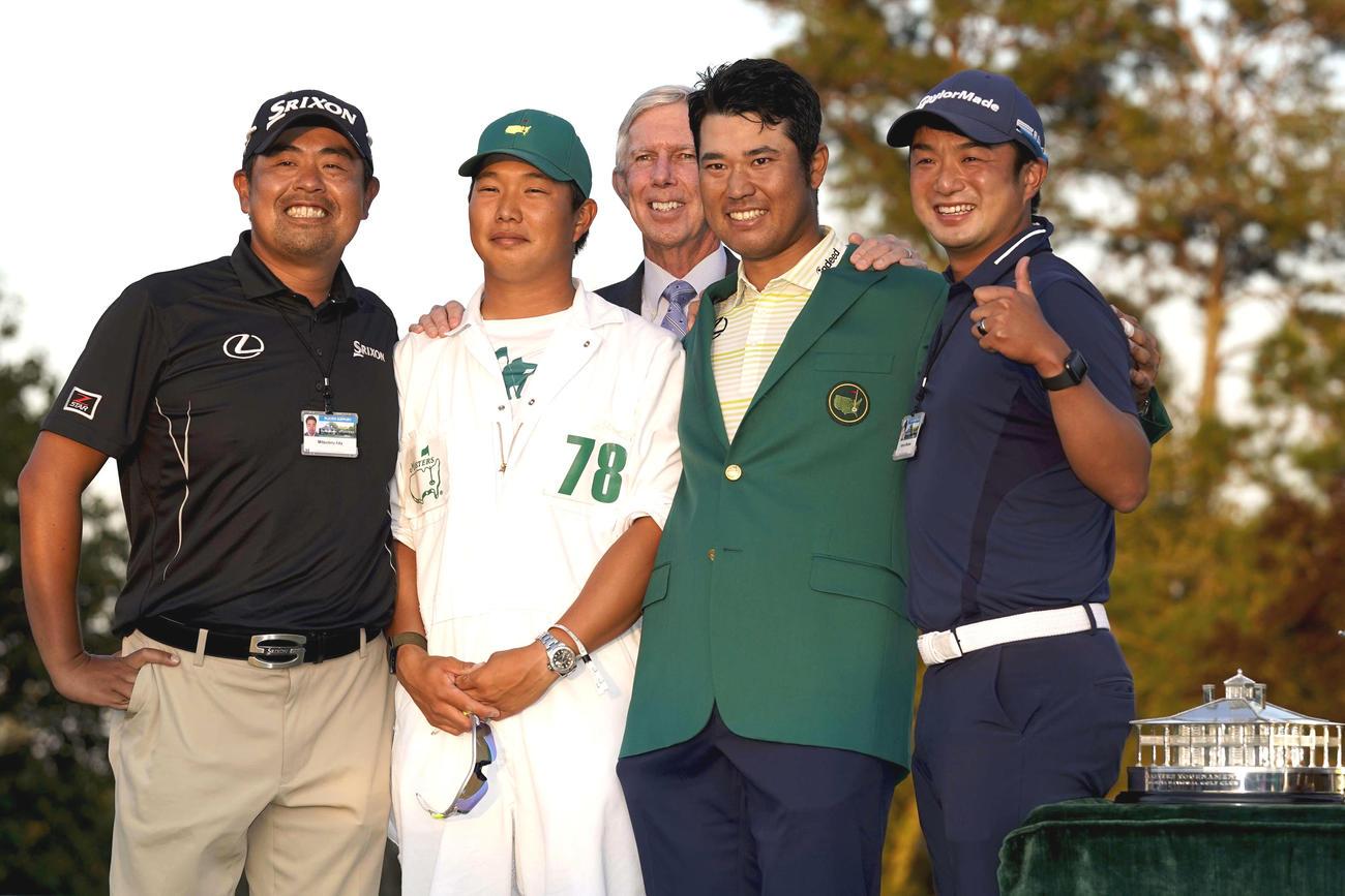 記念撮影する「チーム松山」。前列左から飯田光輝トレーナー、早藤将太キャディー、松山、目沢秀憲コーチ。後方中央は通訳を務めたボブ・ターナー氏(AP)