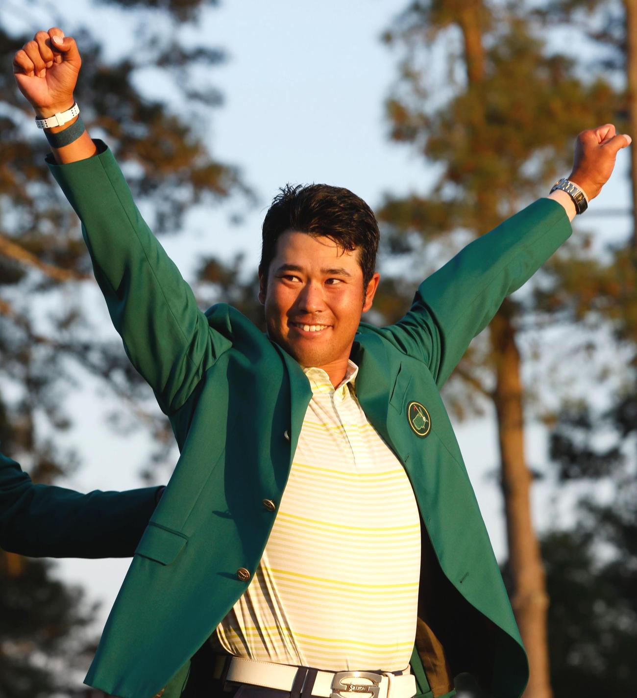 マスターズを制した松山はグリーンジャケットを着てガッツポーズ(ロイタ-)