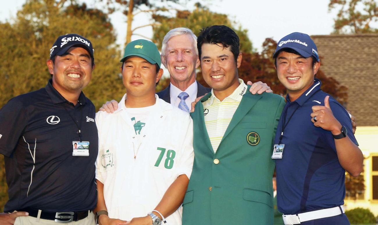 マスターズで優勝を決め、記念撮影する、前列左から飯田トレーナー、早藤キャディー、ボブ・ターナー通訳、松山、目沢コーチ(共同)