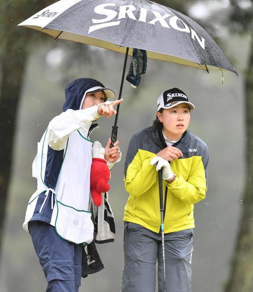 4番、ティーグラウンドでキャディーを務める母・哲子さん(左)と話す竹田(撮影・岩下翔太)
