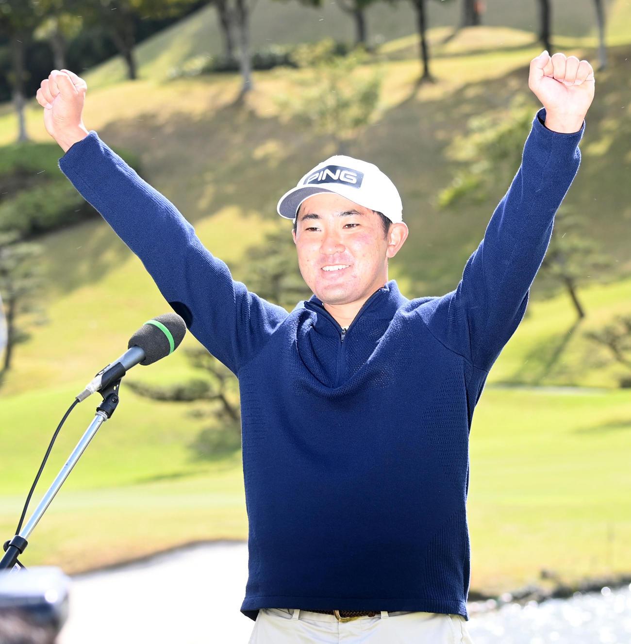 通算11アンダーで優勝した金谷はテレビインタビュー後バンザイ(撮影・前岡正明)
