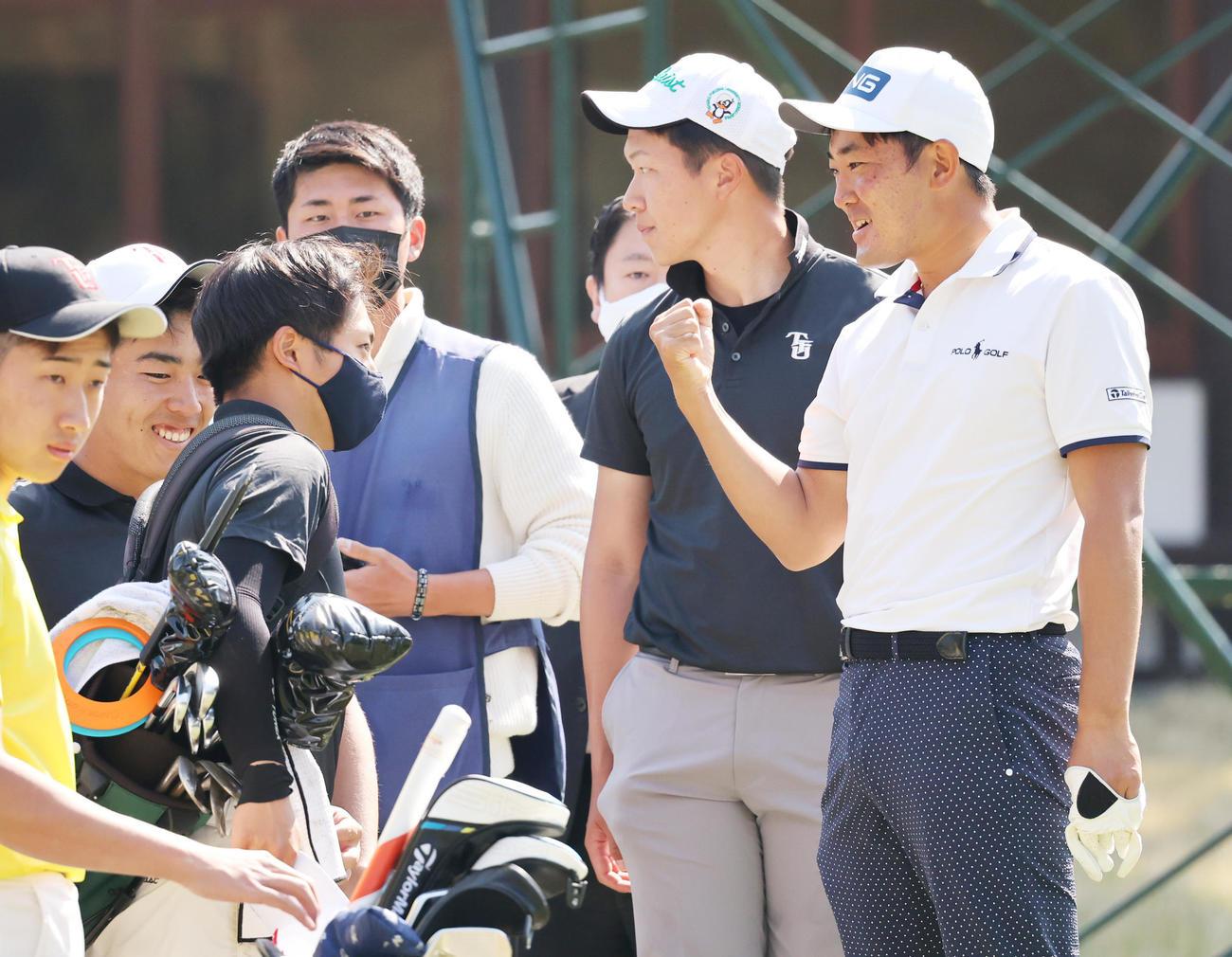 関西オープンゴルフ選手権 練習ラウンドで東北福祉大の後輩と一緒にまわる金谷(右)(撮影・清水貴仁)