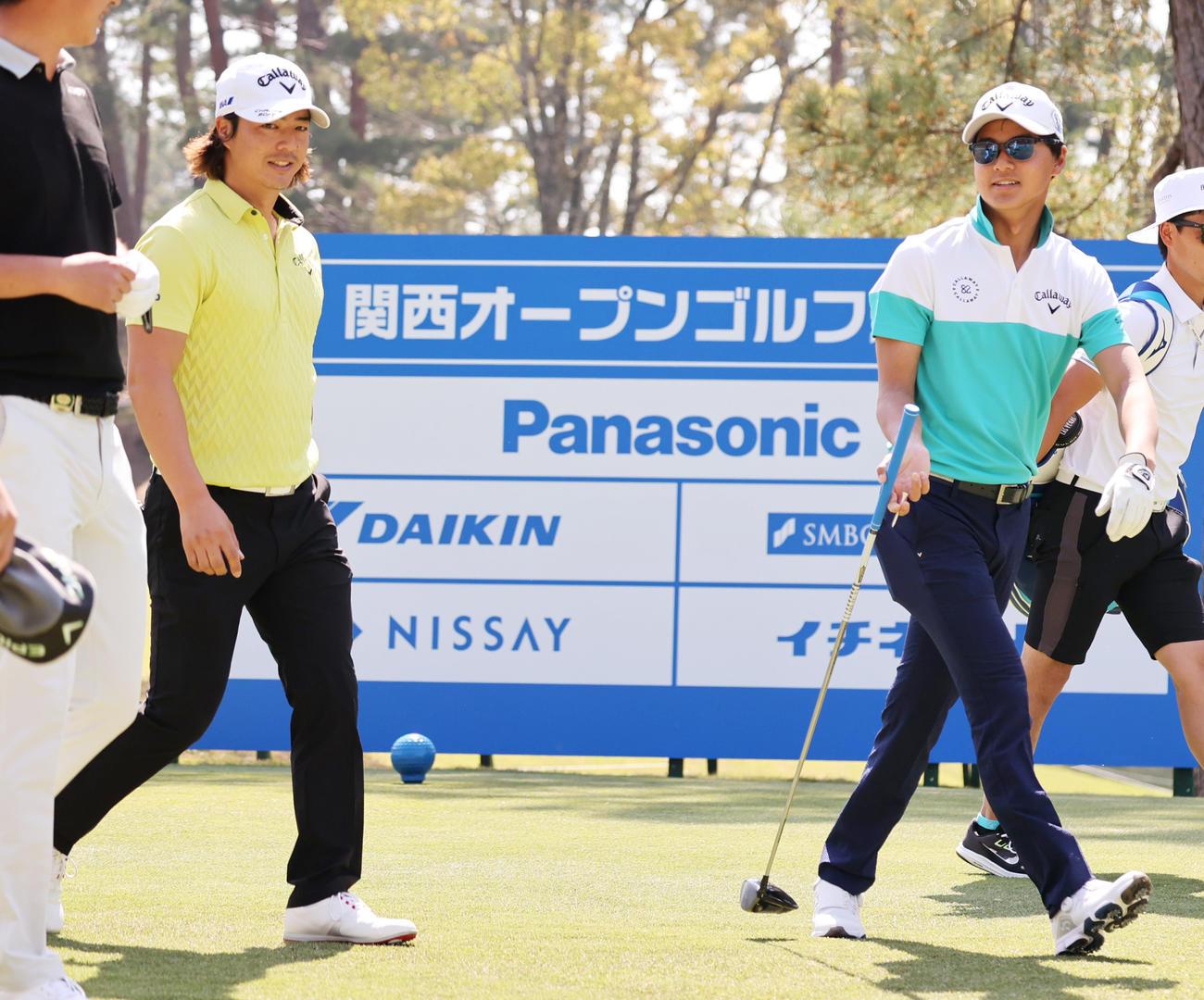 関西オープンゴルフ選手権 練習ラウンドを一緒にまわる石川遼(左)と弟の航(撮影・清水貴仁)