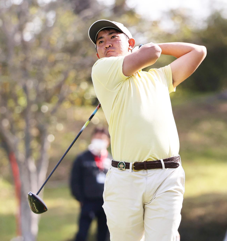 関西オープンゴルフ選手権第1日 1番、ティーショットを放つ金谷(撮影・清水貴仁)