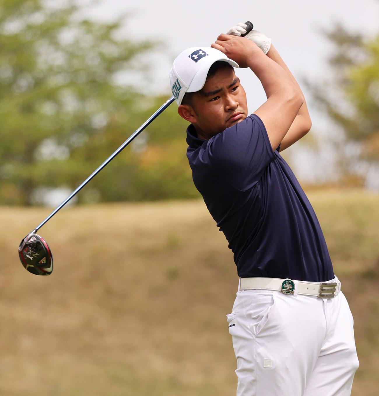 関西オープンゴルフ選手権第1日 1番、ティーショットを放つアマチュアの山下勝将(撮影・清水貴仁)