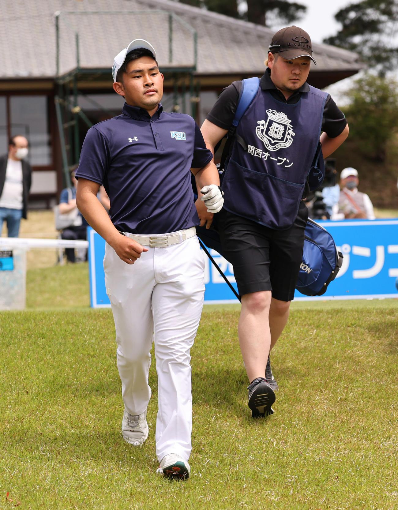 関西オープンゴルフ選手権第1日 1番、ティーショットを放つアマチュアの山下勝将(左)(撮影・清水貴仁)