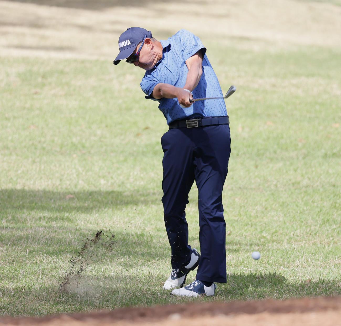 関西オープンゴルフ選手権第2日 9番、第2打を放つ谷口(撮影・清水貴仁)