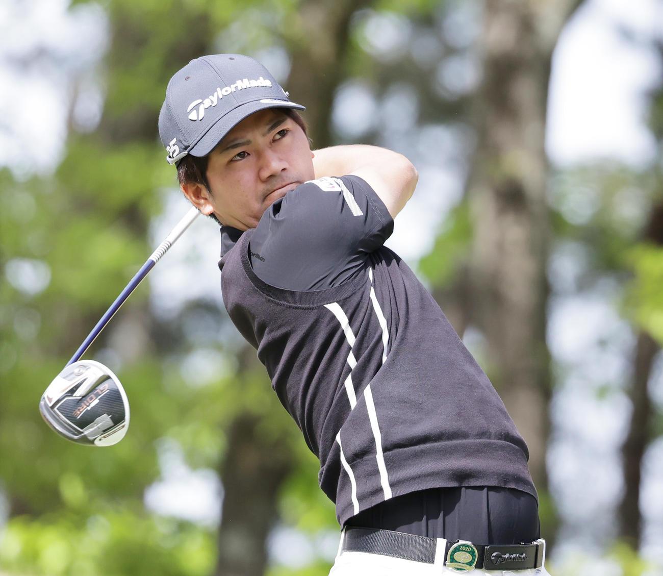 関西オープンゴルフ選手権第2日 18番、ティーショットを放つ石坂(撮影・清水貴仁)