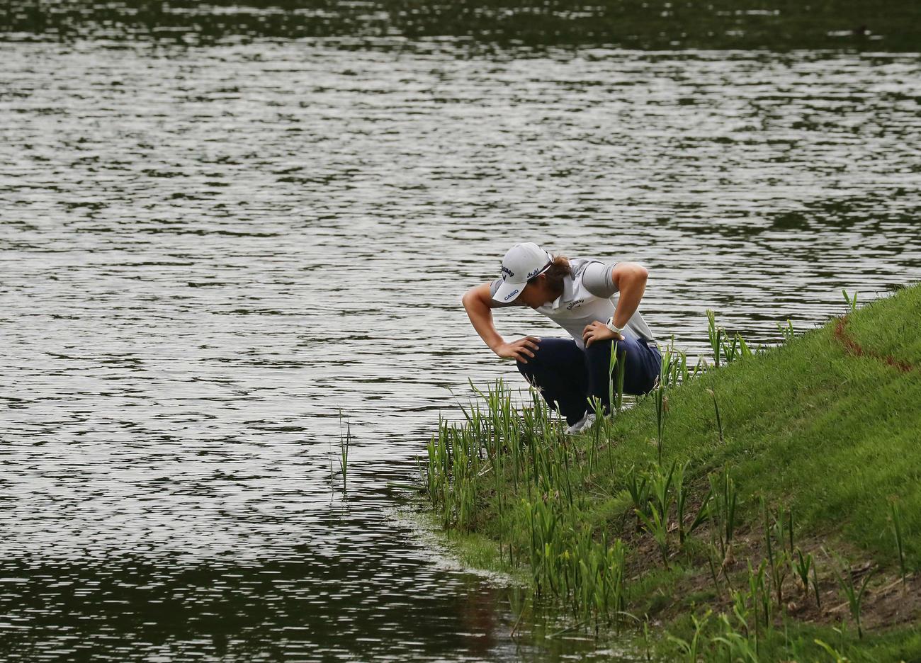 16番、グリーン手前からの第3打を池に入れた石川遼(撮影・丹羽敏通)