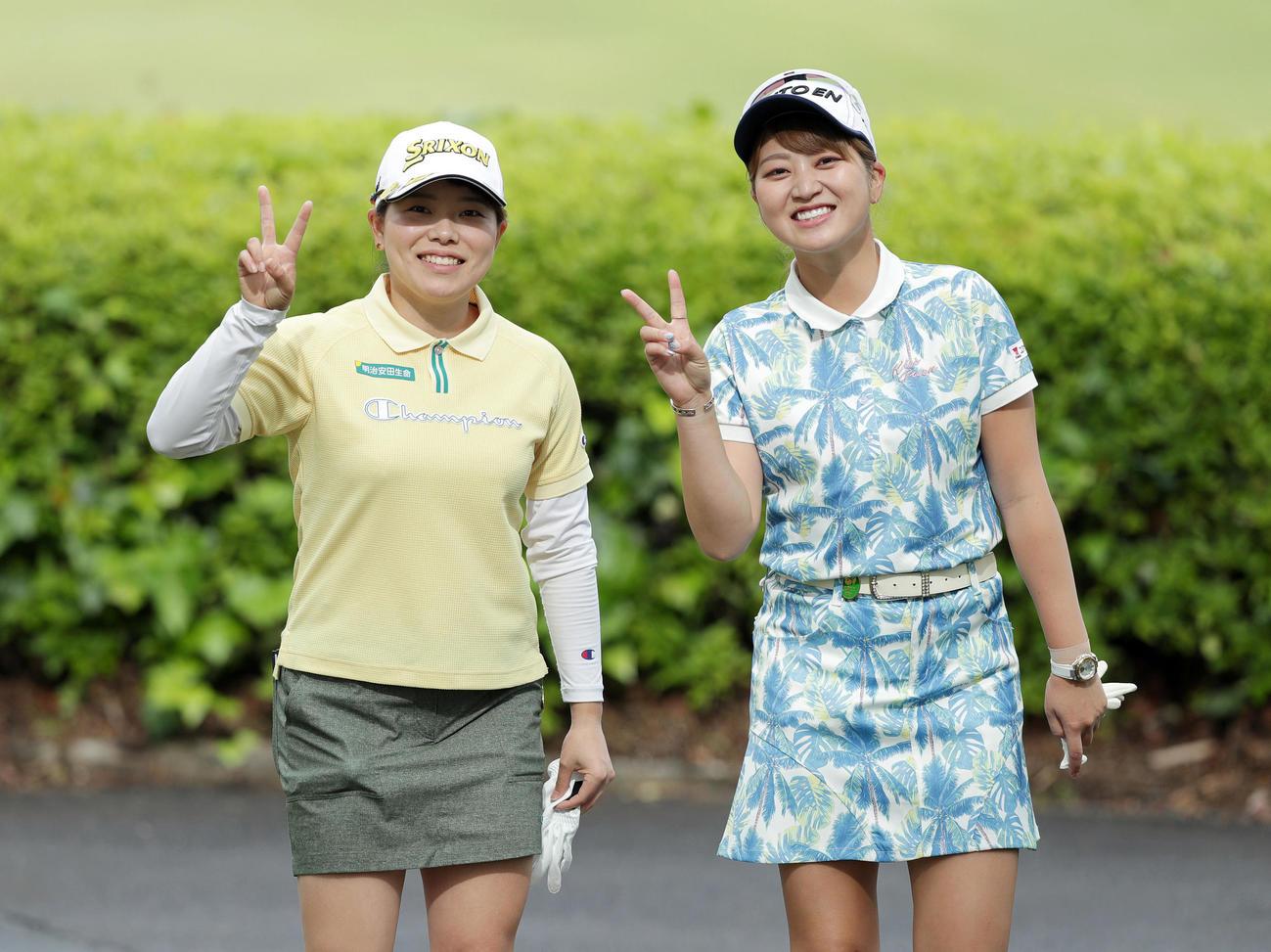 10番へ向かう途中、笑顔でVサインする勝みなみ(左)と田辺ひかり(撮影・前田充)