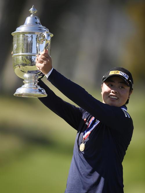 全米女子オープンを制し、優勝トロフィーを掲げる笹生(ロイター)