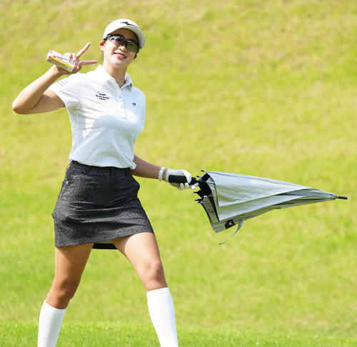 宮里藍サントリーレディスオープン練習日 練習ラウンドで笑顔をみせる原英莉花(撮影・清水貴仁)