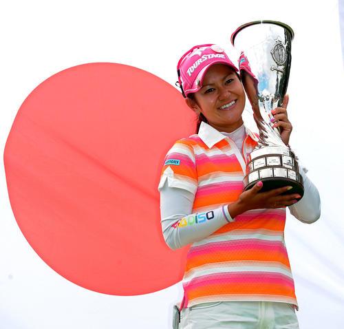11年7月24日、エビアン・マスターズで優勝し、日の丸の前で優勝杯を手に笑顔を見せる宮里藍