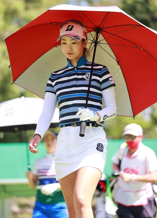 1番、ティーショット後、傘をさして歩き出す松田(撮影・浅見桂子)