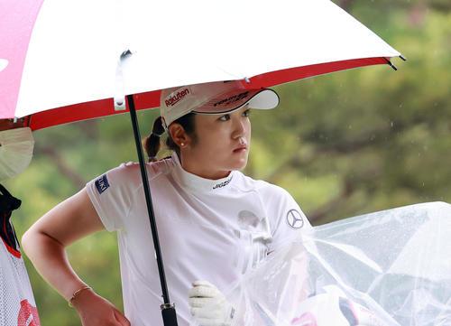 10番、雨あしを見つめる稲見萌寧(撮影・浅見桂子)