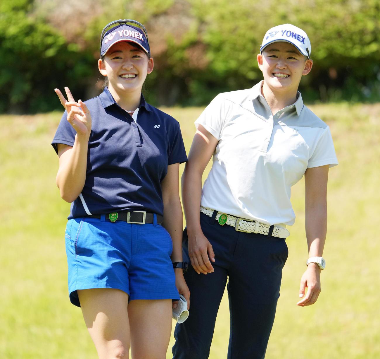 岩井姉妹の姉明愛(右)と妹千怜(21年6月9日)