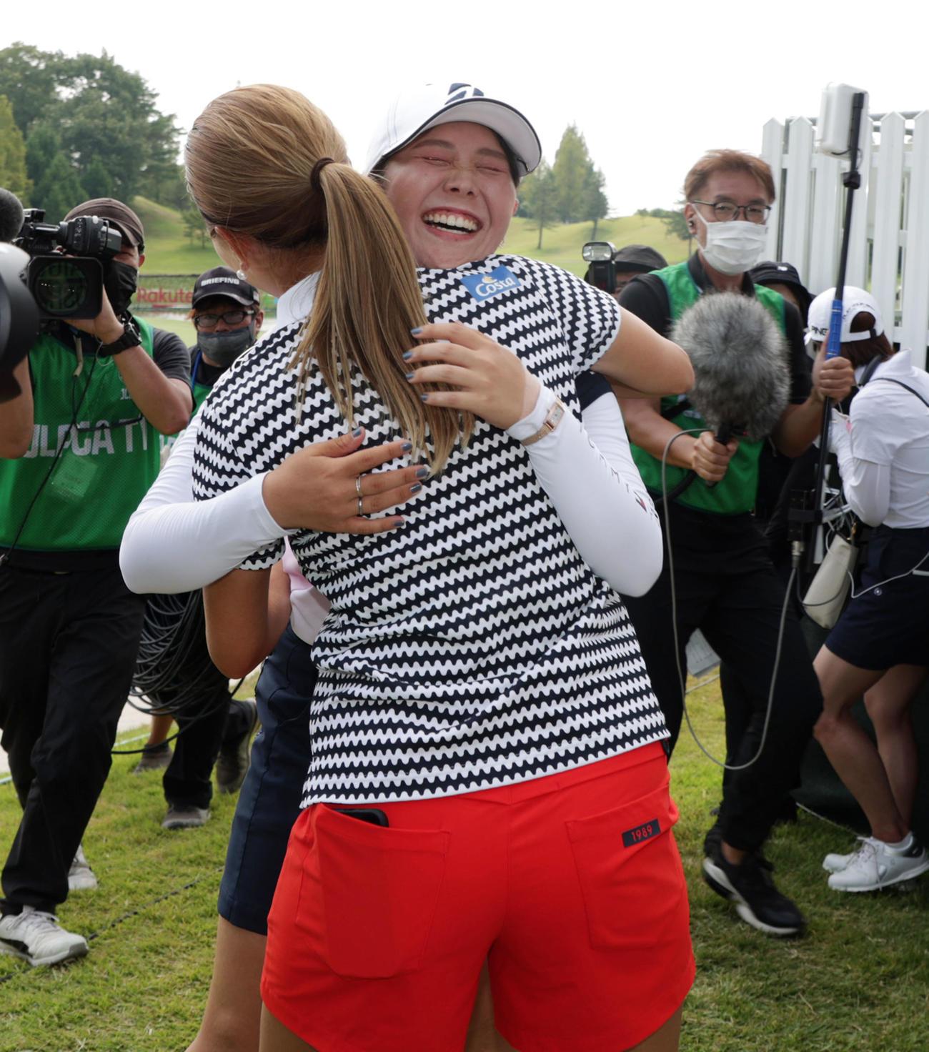 楽天スーパーレディース最終日 初優勝を決めた吉田(右)は出迎えた上田と抱き合った(撮影・加藤哉)