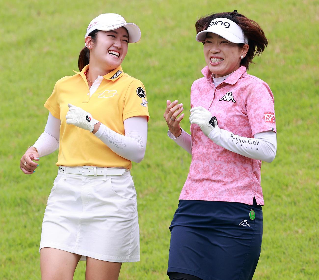 3番、ティーショット後、談笑しながら歩く稲見(左)と大山(撮影・浅見桂子)