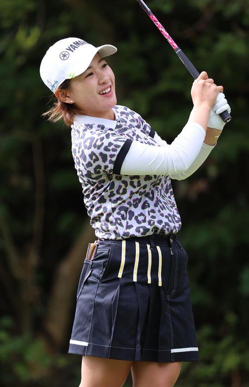 2番、ティーショットを放ち笑顔で打球を見つめる永井(撮影・河野匠)