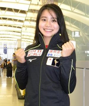 フィンランディア杯への出発前に関西空港で笑顔を見せる白岩優奈(撮影・松本航)