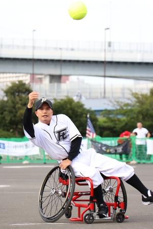 7、8日に東京で行われた「2017車椅子ソフトボール大会in東京」で始球式を務めた俳優の市原隼人