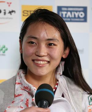 女子フルーレ決勝で優勝した高校生の東