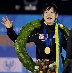総合優勝を果たし笑顔で声援に応える高木美帆(AP)