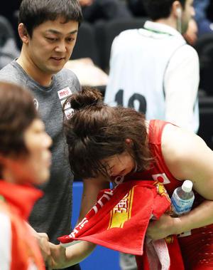 65キロ級でムーワ(左)に辛勝し、志土地コーチ(左)と握手した後、泣き出す栄希和(撮影・狩俣裕三)