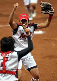 08北京五輪で金メダルを決めガッツポーズするソフトボール日本代表の上野由岐子