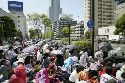 羽生結弦選手の祝賀パレードを待つ大勢のファン(共同)