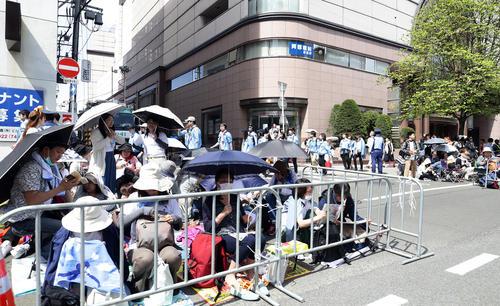 羽生のパレードを見るため、仙台市内は朝から大勢のファンが沿道の場所取りをしていた(撮影・浅見桂子)