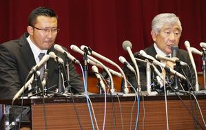 23日、悪質タックルの件で会見する日大アメリカンフットボール部井上コーチ(左)と内田前監督