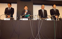 関東学生連盟の、左から森本専務理事、柿沢理事長、検証委員会の川原委員長、寺田委員は日大アメフト部の今季出場停止処分についての会見を開いた(撮影・浅見桂子)