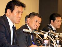 関東学生連盟の森本専務理事(左)と柿沢理事長(中央)は日大アメフト部の今季出場停止処分についての答申に苦渋の表情を見せる(撮影・浅見桂子)