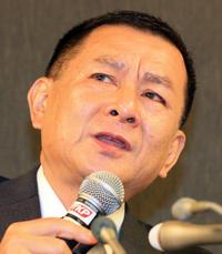 関東学生連盟の柿沢理事長は日大アメフト部の今季出場停止処分について質疑応答で涙をこらえる(撮影・浅見桂子)