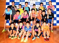 張本卓球場で切磋琢磨している仙台ジュニアクラブの選手たち(撮影・神稔典)