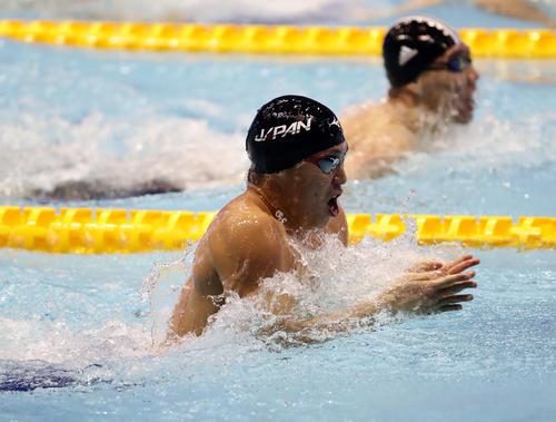 男子100 メートル 平泳ぎ決勝 小関は力泳で金メダルを獲得する(撮影・浅見桂子)
