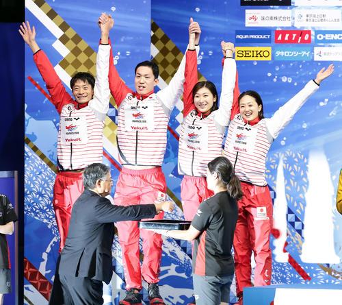混合400 メートル メドレーリレーで銀メダルを獲得し、表彰台でバンザイする、左から入江、小関、池江、青木(撮影・浅見桂子)