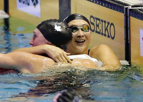 女子200 メートル 自由形決勝 池江は日本新記録で銀メダルを決め、隣の選手と笑顔で称え合う(撮影・浅見桂子)