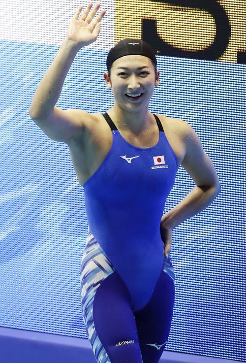 女子200 メートル 自由形決勝 池江は日本新記録で銀メダルを決め、スタンドに笑顔で手を振る(撮影・浅見桂子)