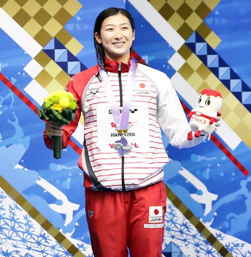 女子200 メートル 自由形で銀メダルを獲得し笑顔を見せる池江(撮影・浅見桂子)