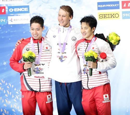 男子400 メートル 個人メドレーの表彰で笑顔を見せる、左から銀メダルの萩野、金メダルのケイリシュ、銅メダルの瀬戸(撮影・浅見桂子)